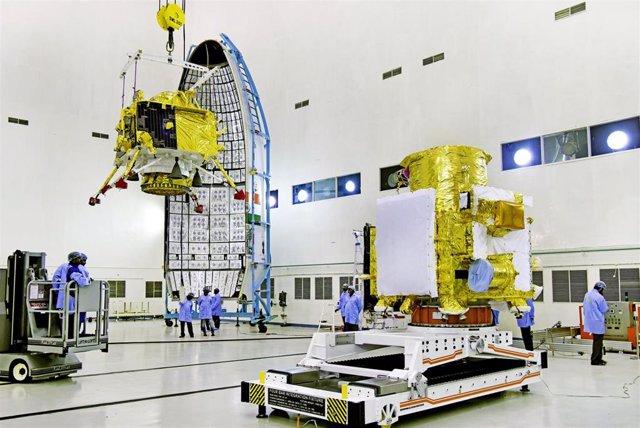 Instalación del aterrizador durante la integración de la misión Chandrayaan 2