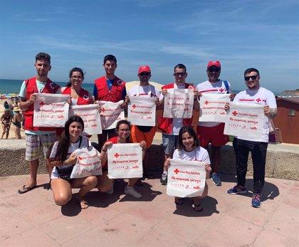 """Cruz Roja reparte bolsas reutilizables para """"concienciar a ciudadanos"""" de mantener espacios libre de basura"""