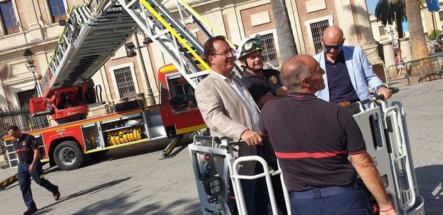 El delegado Juan Carlos Cabrera en la presentación del nuevo vehículo de los bomberos de Sevilla