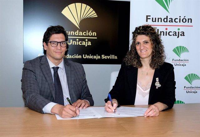 Firma del acuerdo de colaboración entre la Fundación Unicaja, representada por El director de Actuaciones Socioculturales de la Fundación Unicaja, Rafael Muñoz, y la gerente de la Fundación Tutelar TAU, Concepción Palma.