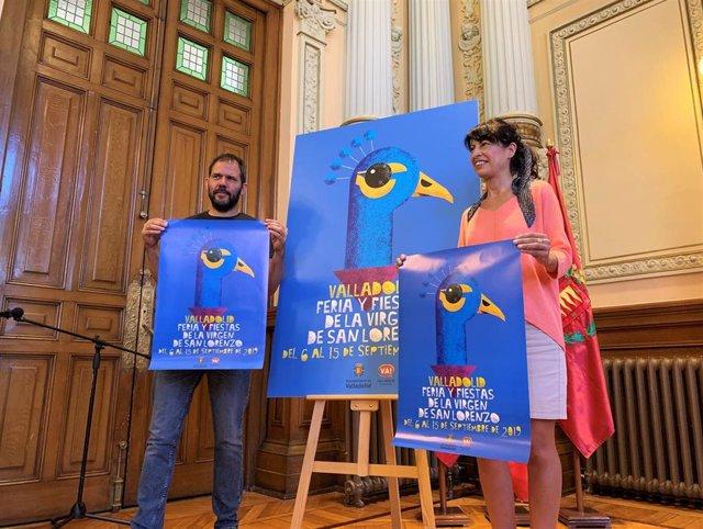 El autor del cartel de las Fiestas de Valladolid, Alberto Sobrino, y la concejal de Cultura y Turismo, Ana Redondo, sujetan la imagen de la celebración en honor a la Virgen de San Lorenzo.
