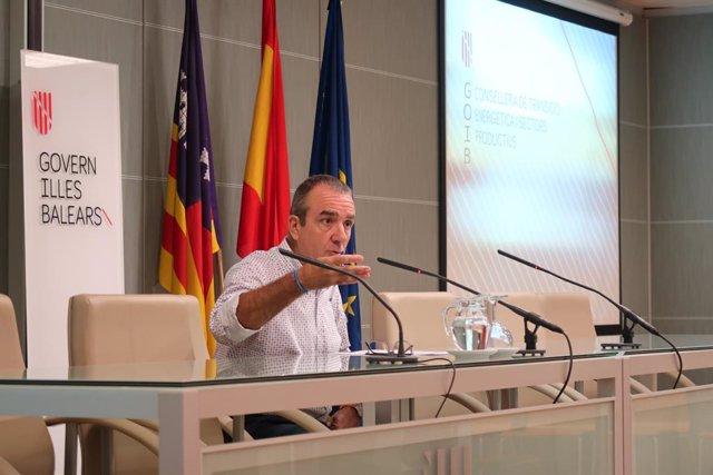El conseller de Transició Energètica i Sectors Productius, Juan Pedro Yllanes, en roda de premsa.