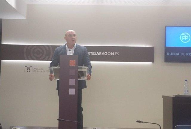 El diputado del PP en las Cortes de Aragón, Juan Carlos García Suso, este miércoles 14 en rueda de prensa para presentar la proposición no de ley que reclama financiación al Gobierno de Aragón para estabilizar el Cerro de Pui Pinos.