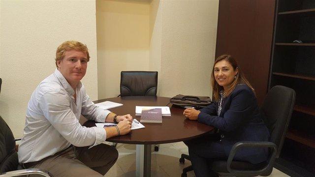 Reunión entre el teniente alcalde del Ayuntamiento de Badajoz, Ignacio Gragera, y la delegada del Colegio de Geólogos en Extremadura, Isabel María Martín