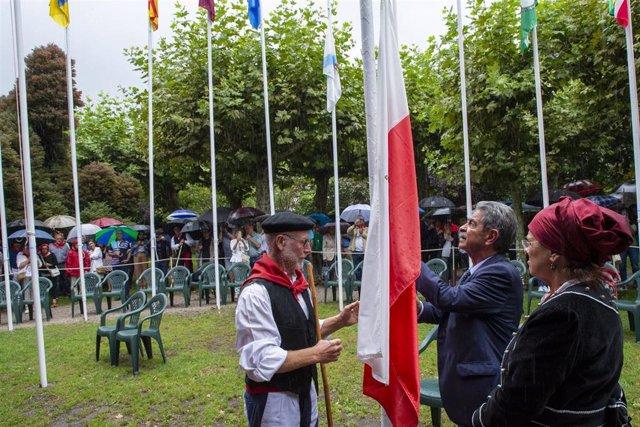 Miguel Ángel Revilla iza la bandera de Cantabria en el Día de la Comunidad en Cabezón de la Sal