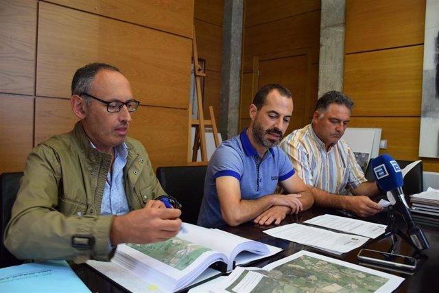 De izquierda a derecha el ingeniero municipal,  Juan Carlos Álvarez; el alcalde de Siero, Ángel García;  y el concejal de Medio Rural, Desarrollo Agrario y Ganadero, Zonas Verdes, Áreas de Esparcimiento y Bienestar Animal,  Alejandro Villa.