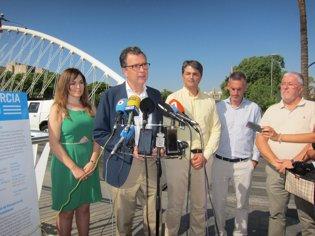 El alcalde en rueda de prensa junto a Rebeca Pérez