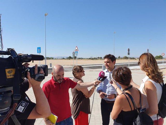 El vicesecretario de Comunicación del Partido Popular de Castilla-La Mancha, Santiago Serrano, atiende a los medios