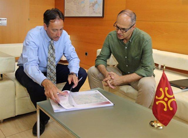 El consejero de Obras Públicas, Ordenación del Territorio y Urbanismo, José Luis Gochicoa, recibe al alcalde de Escalante, Francisco Sarabia