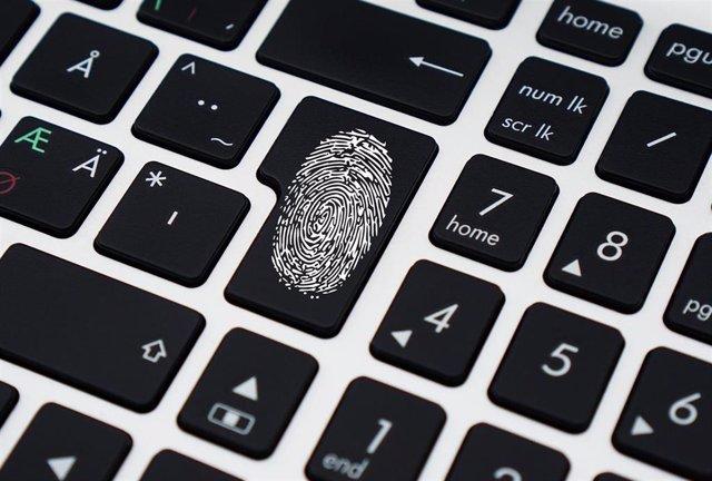 Huella dactilar en un teclado de ordenador