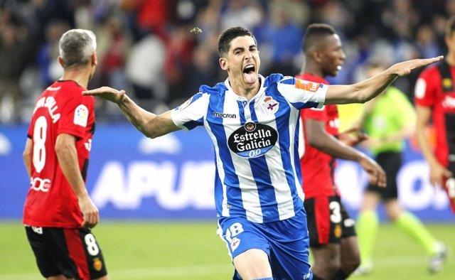 Carlos Fernández, del RC Deportivo, celebra un gol ante el RCD Mallorca en Riazor