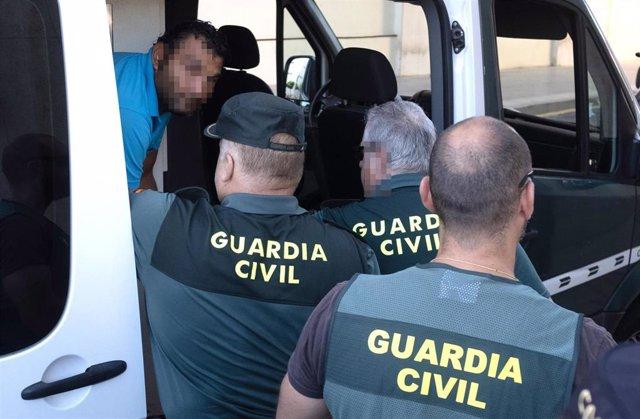Uno de los detenidos por su presunta relación con el apuñalamiento al jefe de la Policía Local de Punta Umbría en  los juzgados de Huelva