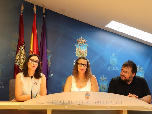 L teniente de alcalde y concejala de  Festejos, Sara Simón, y Roberto Inglés, presidente de Apanag, en rueda de prensa