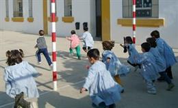 Niños Jugando En Un Colegio Andaluz