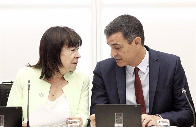La presidenta del Partido Socialista, Cristina Narbona y el presidente del Gobierno en funciones y secretario general del partido, Pedro Sánchez, durante una reunión de la Comisión de la Ejecutiva Federal del PSOE