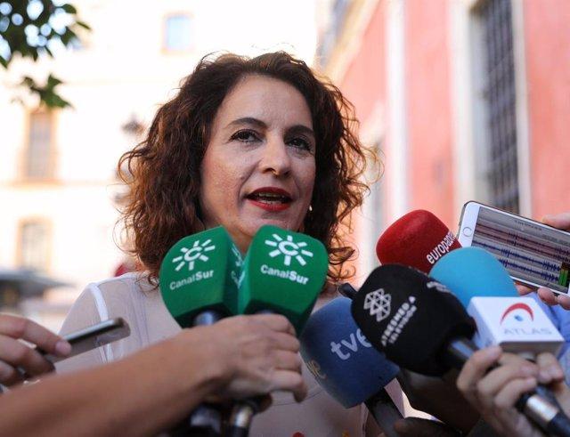 María Jesús Montero atiende a los medios, en una imagen de archivo.