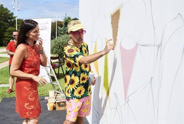 La alcaldesa de Santander, Gema Igual y el artista Okuda San Miguel en la realización de un mural en la UIMP