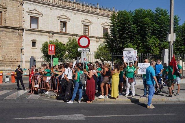 """Docentes interinos se concentran ante el Parlamento para """"hacer presión"""" a Imbroda por su situación"""