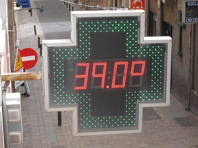 Un termómetro de una farmacia marca 39ºC durante una ola de calor en Santa Cruz de Tenerife