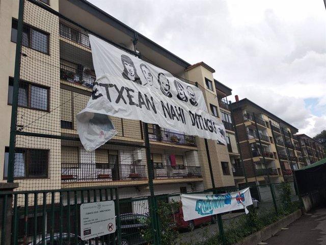 Pancarta de presos de ETA en una ikastola en Villabona