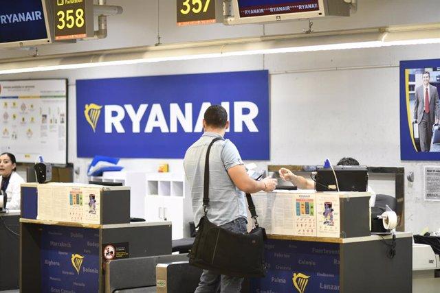 Passatgers en el mostrador de Ryanair en l'Aeroport de Madrid-Barajas Adolfo Suárez durant la vaga del dimecres 25 de juliol