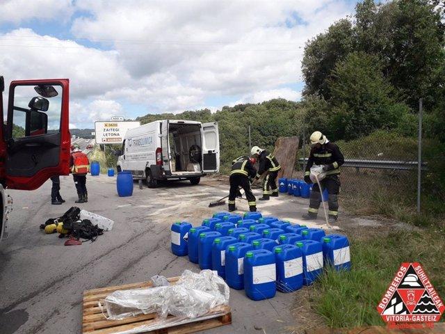 Los Bomberos de Vitoria contienen una fuga de ácido nítrico de una furgoneta en Zigoitia (Álava)