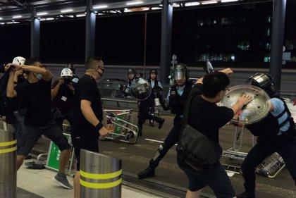 La Policía de Hong Kong emplea gases lacrimógenos para dispersar una protesta frente a una comisaría