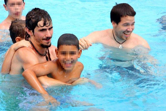 Menores en una actividad en una piscina