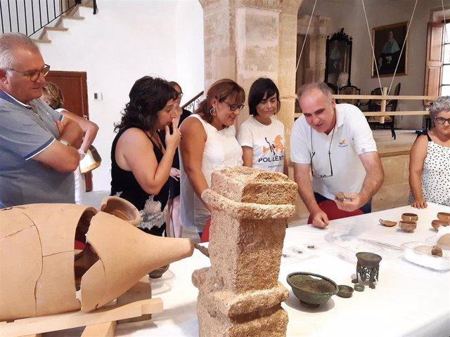 La vicepresidenta del Consell de Mallorca, Bel Busquets, junto a los hallazgos de la ciudad romana de Pollentia en Alcudia