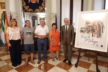 El alcalde de Málaga recibe a una familia francesa que lleva 48 años visitando la capital