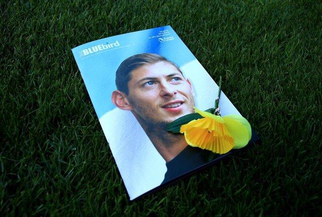 Un programa del partido entre el Cardiff y el Bournemouth con la imagen de Emiliano Sala y una flor