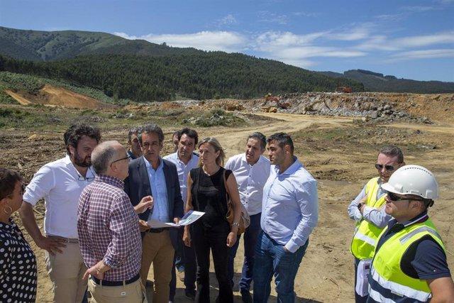 El consejero de Industria, Francisco Martín, y la alcaldesa de Castro Urdiales, Susana Herrán, en la segunda fase de ampliación del polígono de Vallegón