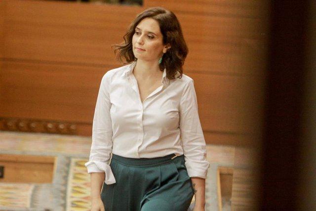 La candidata del PP a la Presidencia de la Comunidad de Madrid, Isabel Díaz Ayuso, se dirige a dar la réplica al discurso del candidato del PSOE, durante  el debate del segundo pleno de su investidura en la Asamblea de Madrid.