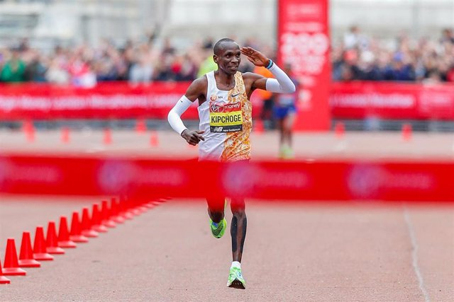 Eliud Kipchoge (Kenya) approaching the finish line in the Men's Elite race during the Virgin Money 2019 London Marathon on April 28, 2019 in London, England - Photo Ian Stephen / ProSportsImages / DPPI