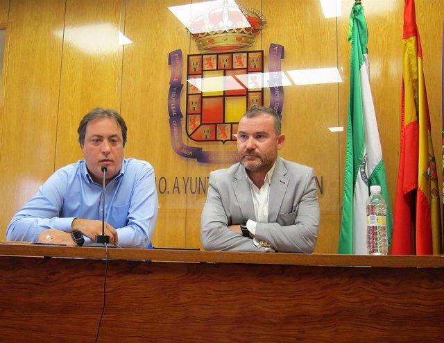 José Manuel Higueras, junto al también concejal Carlos Alberca.