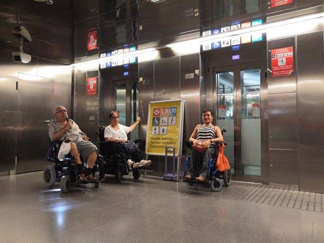 Protesta de persones amb mobilitat reduïda en l'estació de metro de la Sagrera.