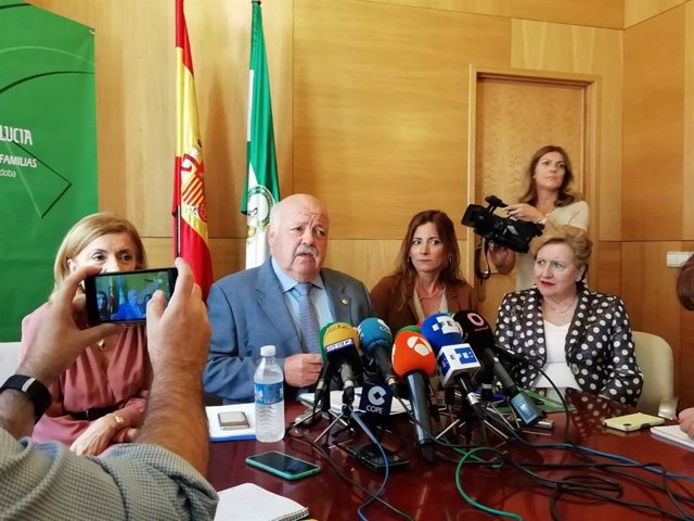 El consejero de Salud y Familias, Jesús Aguirre, interviene en la rueda de prensa.