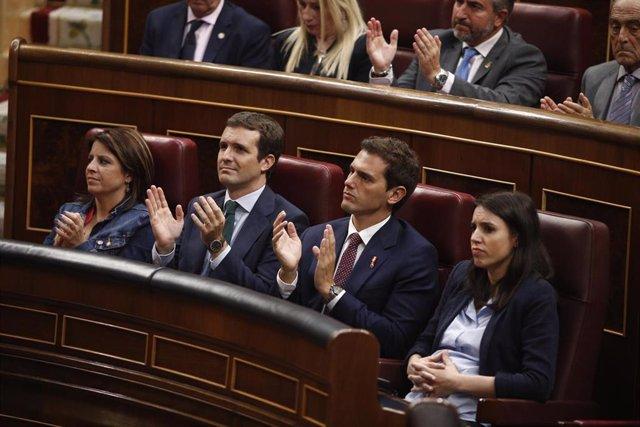 La portaveu d'Unides Podem, Irene Montero (1d) no aplaudeix el discurs de la presidenta de la Fundació Víctimes del Terrorisme i diputada del PP, María del Mar Blanco. Sí ho fan, d'esquerra a dreta, Adriana Lastra (PSOE), Pablo Casado (PP) i Albert Rivera