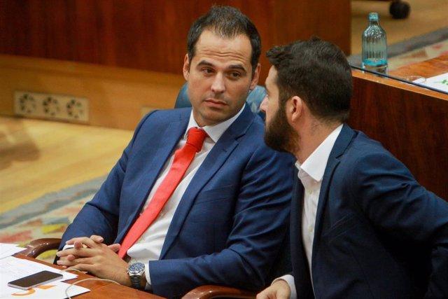 (I-D) Los diputados de Ciudadanos en la Asamblea de Madrid, Ignacio Aguado y César Zafra, durante el debate y votación del segundo pleno de la candidata del PP a la Presidencia de la Comunidad de Madrid en la Asamblea madrileña.
