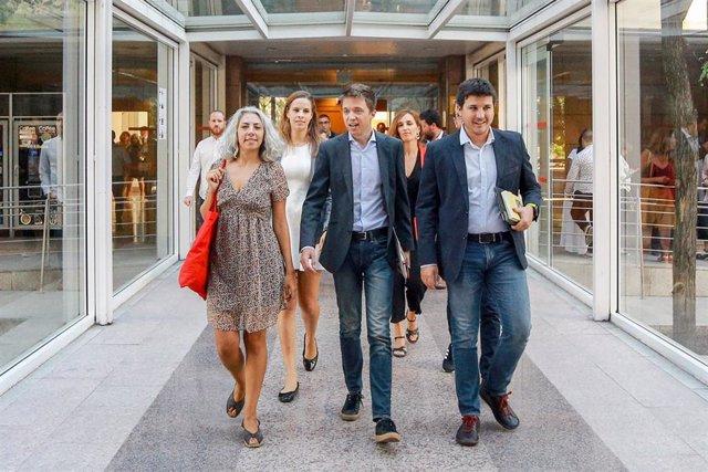 Los diputados de MásMadrid en la Asamblea de Madrid: Jazmín Beirak Ulanosky (1i); Íñigo Errejón (3i) y Pablo Gómez Perpinyà (1d), a su llegada al debate y votación del segundo pleno de la investidura de la candidata del PP a la Presidencia de la Comunidad