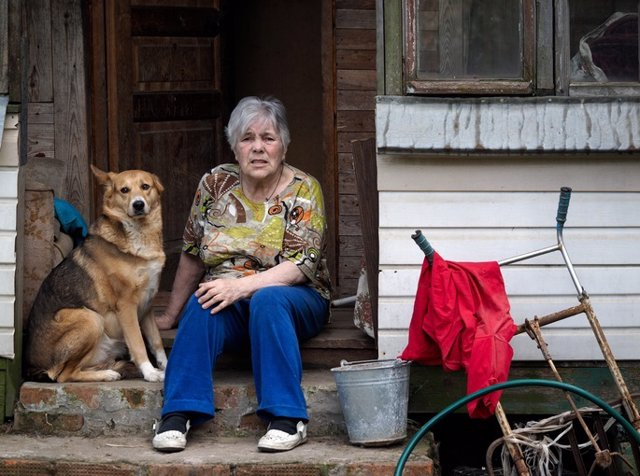 Mujer pobre, indigente, mascota, perro