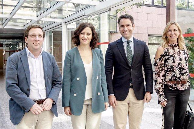 (I-D) El alcalde Madrid, José Luís Martínez-Almeida; la candidata del PP a la Presidencia de la Comunidad de Madrid, Isabel Díaz Ayuso; el secretario general del Partido Popular, Teodoro García Egea; y la presidenta del PPN, en la Asamblea de Madrid.