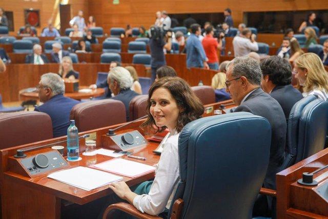 La candidata del PP a la Presidencia, Isabel Díaz Ayuso, sentada en su escaño de la Asamblea de Madrid durante el debate del segundo pleno de su investidura.