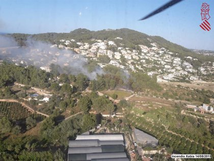 Un incendio afecta a una zona de montaña de Xàbia, con riesgo para bienes materiales