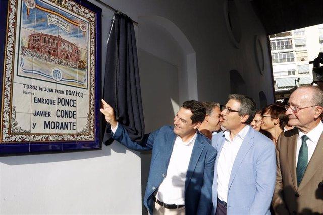 El presidente de la Junta, Juanma Moreno ( 1iz  ), con el Alcalde de Málaga(  ), Francisco de la Torre (1Dch  ) en la reinauguración de la Plaza de Toros de La Malagueta.