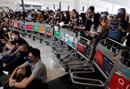 Las operaciones se reanudan en el aeropuerto de Hong Kong mientras el territorio se prepara para más protestas