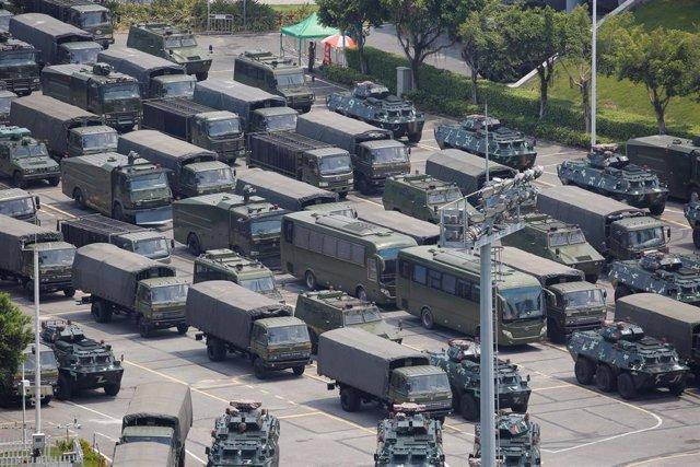 Fuerzas paramilitares chinas junto al estadio de Shenzhen
