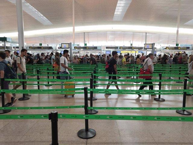 Control de seguretat de l'Aeroport de Barcelona durant la primera jornada de vaga dels treballadors de Trablisa (Arxiu).