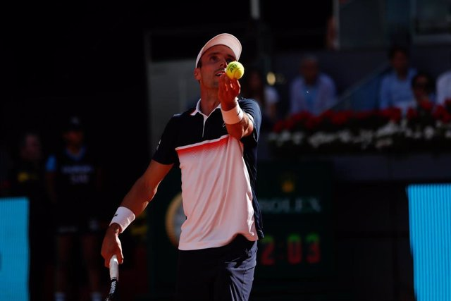 Roberto Bautista saca en su partido ante David Ferrer en el Mutua Madrid Open