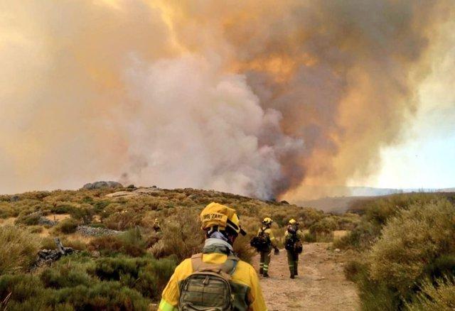 Operarios en el incendio de Navalacruz.